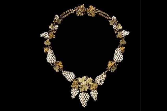 Collar con perlas y oro pintado, 1850, Inglaterra.